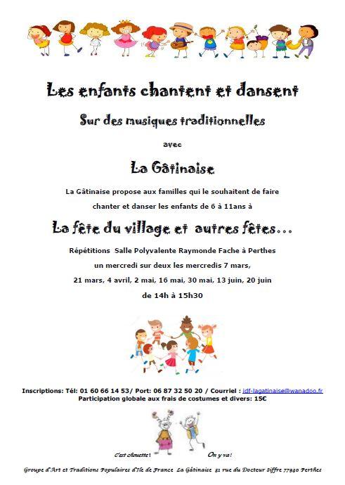 les enfants chantent et dansent à la salle Raymond Fache à Perthes