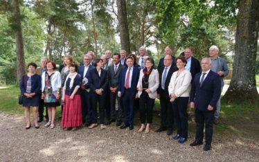 Réunion départementale au Pays de Fontainebleau, photo de groupe devant le Grand Parquet
